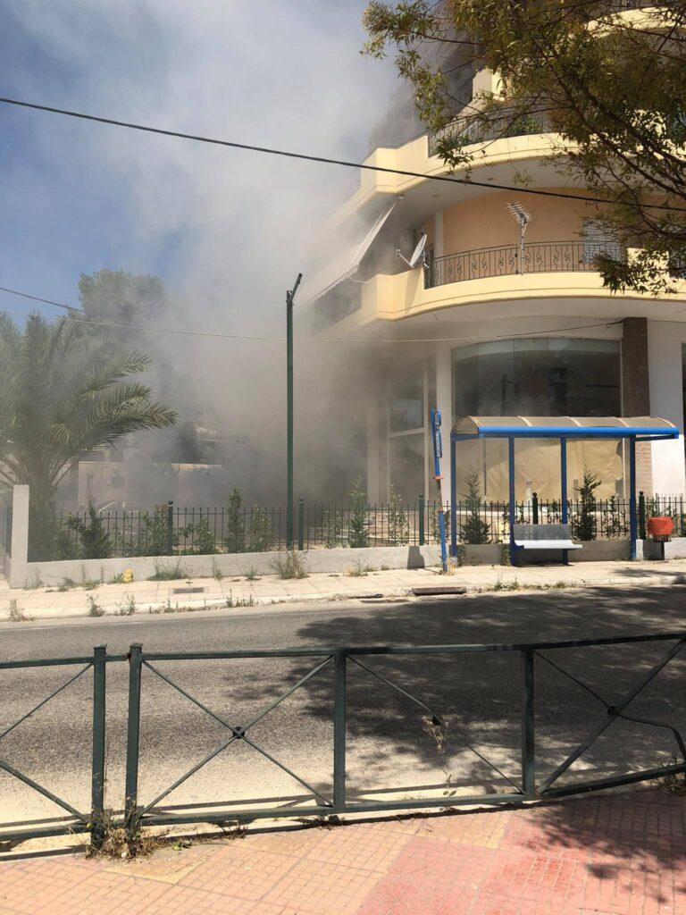 Φωτιά πριν από λίγο σε τριώροφο κτίριο στο Ζεφύρι