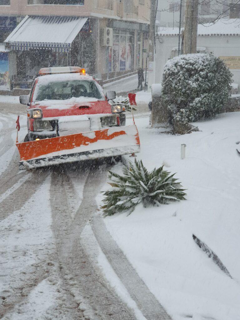 """Στα """"λευκά"""" ο Δήμος Φυλής – Στη μάχη με τον χιονιά τα συνεργεία του δήμου!"""